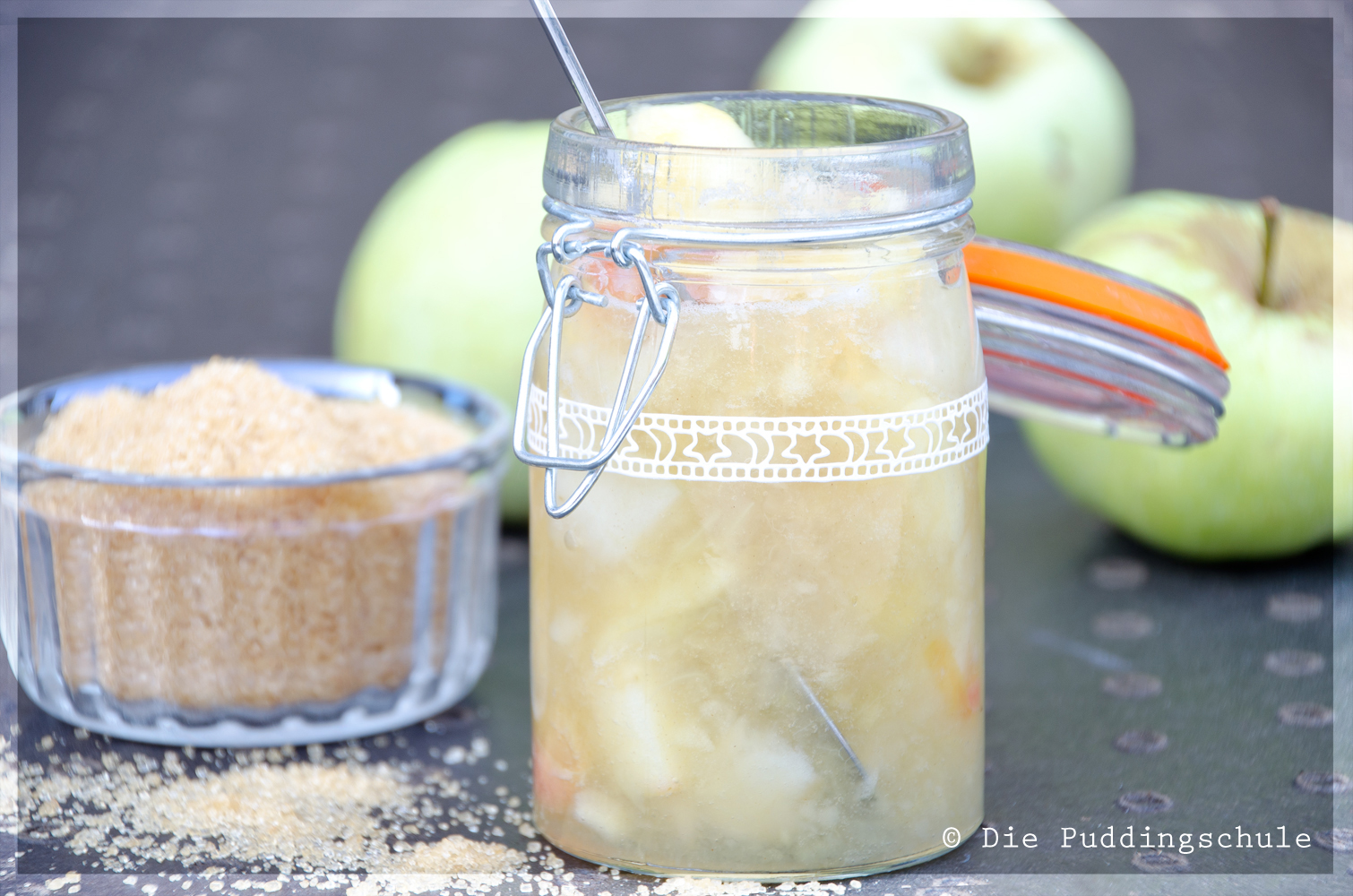 Apfelkompott mit Zucker