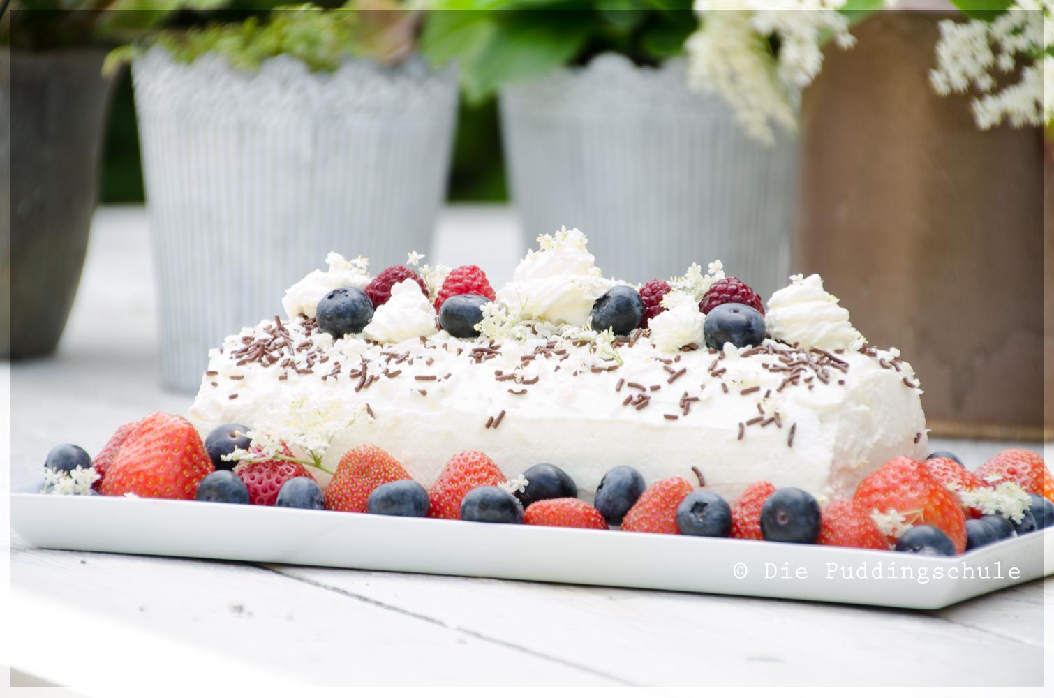 Biskuitrolle mit Erdbeeren, Heidelbeeren und Himbeeren