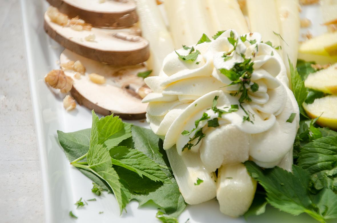 Weißer Spargelsalat mit Sahnemousse
