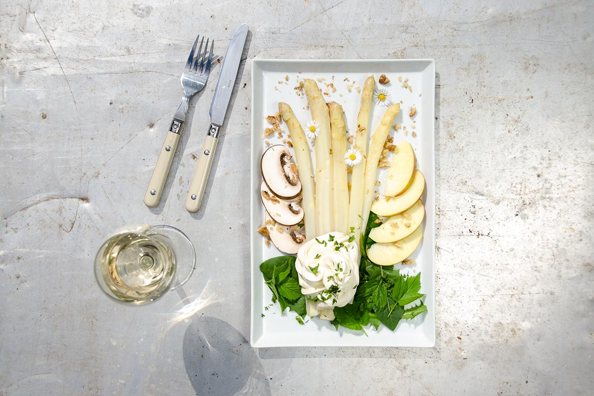 Weißer Spargelsalat mit Sahnemousse, Pilzen und Äpfeln