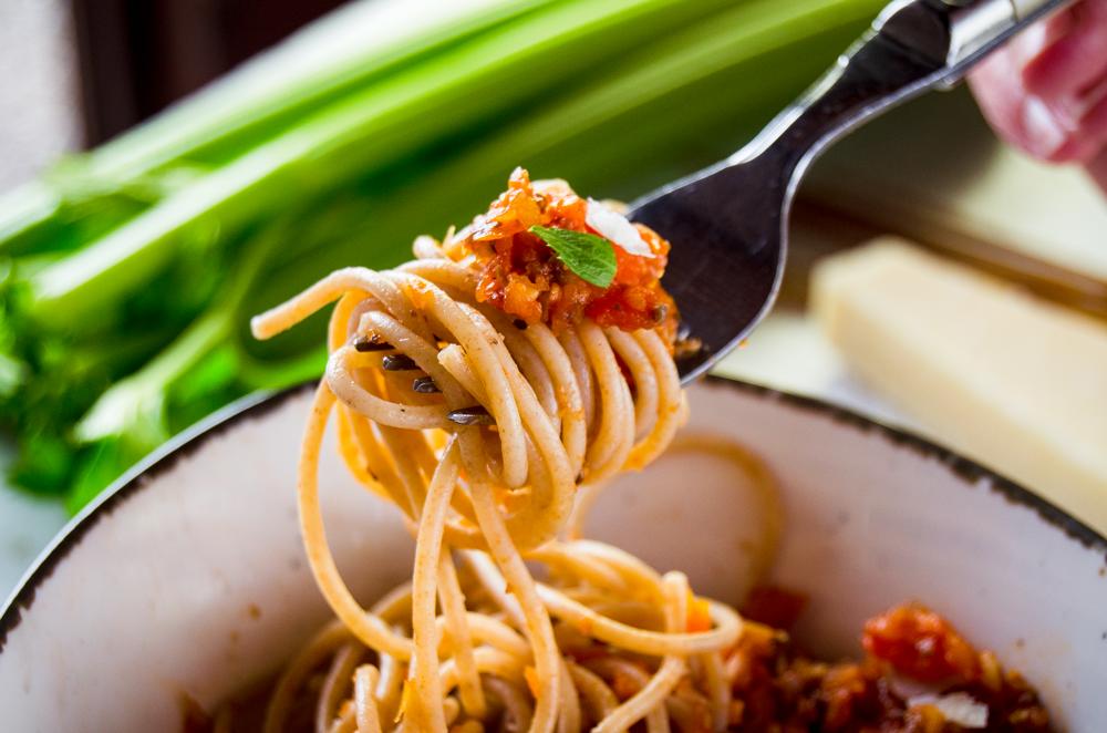 Vollkorn-Spagetti mit Gemüse-Bolognese