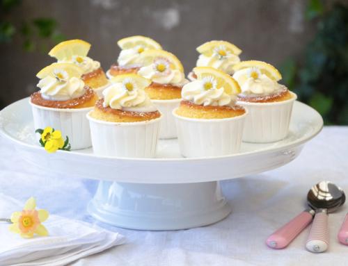 Zitronen-Cupcakes mit Zitronen-Zuckerguss und Sahnetuffs