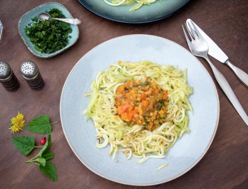Zucchini-Spagetti mit Linsen-Bolognese vegetarisch